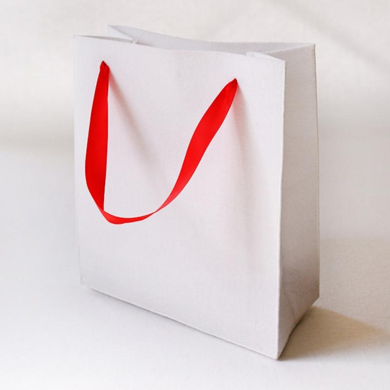 Подарочная упаковка-сумка из войлока белая